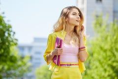 Schöne blonde junge Frau, die auf die Straße geht Lizenzfreie Stockfotos