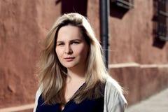 Schöne blonde junge Frau, die auf die Straße geht Aufflackern für Text und Design Lebensstilmädchen in der Stadt Lizenzfreie Stockfotografie