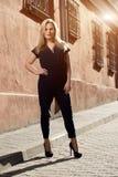 Schöne blonde junge Frau, die auf die Straße geht Aufflackern für Text und Design Lebensstilmädchen in der Stadt Stockfotos