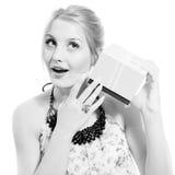 Schöne blonde junge Frau, die das Spaßhören hat Lizenzfreie Stockfotografie