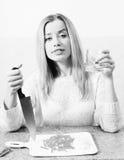 Schöne blonde junge Frau, die Messer hält und Stockbilder