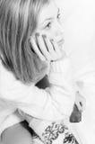 Schöne blonde junge Frau in gestrickter Strickjacke Lizenzfreie Stockfotos