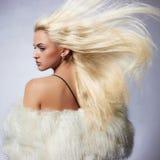 Schöne blonde junge Frau im fu Stockbild