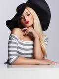 Schöne blonde junge Frau im Hut Lizenzfreies Stockbild