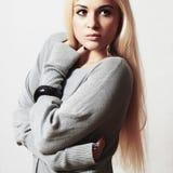 Schöne blonde junge Frau im Kleid zubehör flirt reizendes Mädchen der Mode Stockfotos