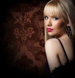 Schöne blonde Frau im Luxuspelzmantel Stockbild