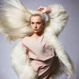 Schöne blonde junge Frau im Pelz Lizenzfreies Stockfoto