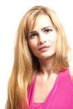 Schöne blonde junge Frau im rosa Kleid Stockbilder