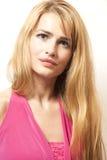 Schöne blonde junge Frau im rosa Kleid Lizenzfreie Stockfotos