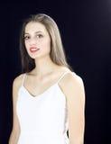 Schöne blonde junge Frau im weißen Kleiderporträt Stockbild