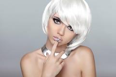 Schöne blonde junge Frau mit dem polnischen Finger verfassung maniküre Stockfotos