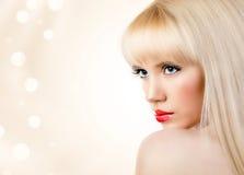 Schöne blonde junge Frau mit den roten Lippen Stockfotos