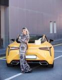 Schöne blonde junge Frau mit Einkaufstasche Lizenzfreie Stockfotografie