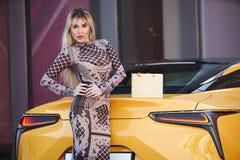 Schöne blonde junge Frau mit Einkaufstasche Lizenzfreies Stockfoto
