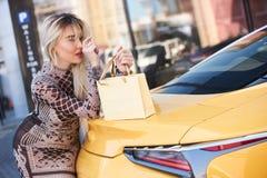 Schöne blonde junge Frau mit Einkaufstasche Lizenzfreies Stockbild