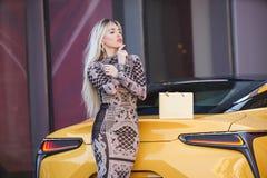 Schöne blonde junge Frau mit Einkaufstasche Lizenzfreie Stockbilder