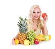 Schöne blonde junge Frau mit Früchten,   Stockfoto