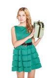 Schöne blonde junge Frau mit Geschenkbox. lizenzfreies stockfoto