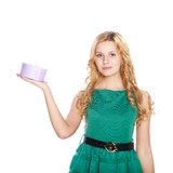 Schöne blonde junge Frau mit Geschenkbox. stockfoto