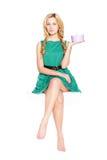 Schöne blonde junge Frau mit Geschenkbox. stockbild
