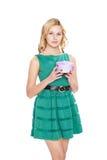 Schöne blonde junge Frau mit Geschenkbox. lizenzfreie stockbilder