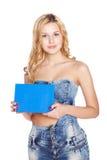 Schöne blonde junge Frau mit leerer Fahne. lizenzfreie stockbilder