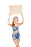 Schöne blonde junge Frau mit leerer Fahne. Lizenzfreies Stockbild