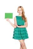 Schöne blonde junge Frau mit leerer Fahne. stockfotografie
