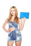 Schöne blonde junge Frau mit leerer Fahne. lizenzfreie stockfotografie