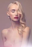 schöne blonde junge Frau mit Make-up Stockbilder