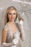 Schöne blonde junge Frau mit weißen Spitzehandschuhen und -regenschirm Lizenzfreies Stockfoto