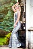 Schöne blonde junge Frau, welche die moderne Kleidung, im Freien trägt Lizenzfreie Stockfotografie
