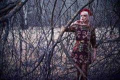 Schöne blonde junge Frau, wenn Sie draußen aufwerfen Lizenzfreie Stockfotografie