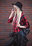 Schöne blonde junge Frau, wenn Sie draußen aufwerfen Lizenzfreies Stockbild
