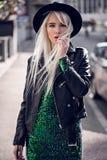 Schöne blonde junge Frau, wenn Sie draußen aufwerfen Lizenzfreie Stockfotos
