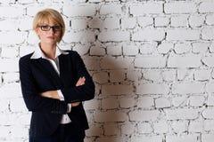 Schöne blonde junge Geschäftsfrau Stockbilder