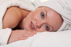 Schöne blonde kaukasische Frau im Badekurort Stockfoto