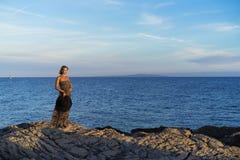 Schöne blonde kaukasische Frau im Freien in adriatischem Meer in Kroatien Europa Stockfotos