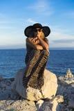 Schöne blonde kaukasische Frau im Freien in adriatischem Meer in Kroatien Europa Lizenzfreie Stockfotos