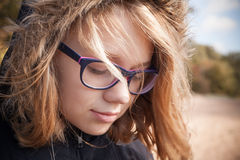 Schöne blonde kaukasische Jugendliche in den Gläsern Lizenzfreie Stockfotos