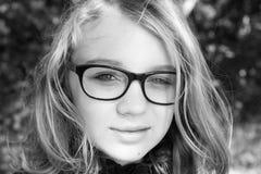 Schöne blonde kaukasische Jugendliche in den Gläsern Stockfoto