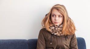 Schöne blonde kaukasische Jugendliche in der warmen Kleidung Stockbilder