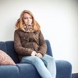 Schöne blonde kaukasische Jugendliche in der warmen Kleidung Stockfoto