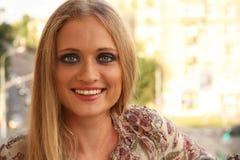 Schöne blonde kaukasische junge Frau Lizenzfreies Stockfoto