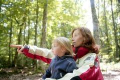 Schöne blonde kleine Tochtermama im Wald Lizenzfreie Stockbilder