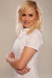 Schöne blonde Krankenschwester mit den Armen gefaltet Lizenzfreies Stockfoto