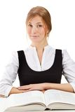 Schöne blonde Kursteilnehmerfrau mit Buch Lizenzfreie Stockbilder