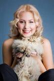 Schöne blonde lächelnde Frau mit flaumiger Katze Stockbild