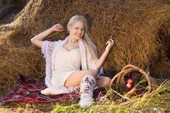 Schöne blonde lächelnde Frau mit vielen Apfel Stockbilder
