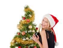 Schöne blonde lächelnde Frau und der Weihnachtsbaum Stockbilder
